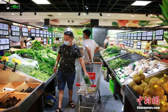 资料图:市民在采购蔬菜。 <a target=